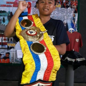 sabuk gelar juara WBA dan Piala Lifetime Achivement Chris John